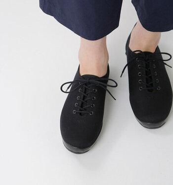 ミニマムなレースアップタイプの黒スニーカー。ヴァルカナイズ製法で作られたソールは、丈夫でやわらかい仕上がり。デザイン性だけでなく、履き心地も抜群。シンプルな中に可愛さも感じられる、ワンピースやスカートスタイルにも合わせやすい1足です。