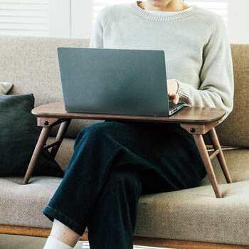 サイドテーブル感覚で使うほか、ノートパソコンも載せられるので、ソファーでの作業用テーブルにも応用できます。くつろぎながら快適にパソコン操作ができるのはうれしいですね。