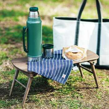 アウトドアに持っていけば、ちょっとした荷物の仮置きスペースに使ったり、食事のテーブルにしたりと便利です。一人分のランチなら十分なサイズがありそうです。