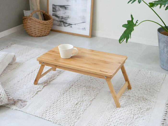 「バカンス」の竹製のミニテーブルは、艶やかな質感で和室にも洋室にもよく似合います。2サイズ展開で、Sサイズは約横50cm×縦30cm、Lサイズはその倍の大きさです。お部屋に合わせてサイズを選べます。