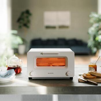 パンラバーさんにも人気の「BALMUDA(バルミューダ)」は5つのパンの種類に合わせて焼き上げることができる機能や、専用口から水を注いでスチーム調理ができるトースター。外はカリッと、中はしっとり、専門店のような焼き上がりが楽しめます。