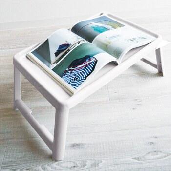 「ラミプリュス」のミニテーブルは機能を追求しています。幅63cm、奥行き35.8cmのコンパクトなミニテーブルで、ポリプロピレン製です。水や汚れに強く、重さ約1.1kgと軽量で持ち運びにもとっても便利。