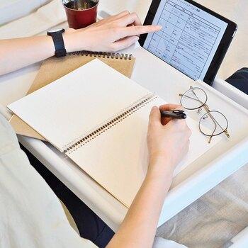 最大の特徴は、タブレットやスマホなどを立てておくスリットがあることです。タブレットを見ながらの仕事や勉強が快適にミニテーブルで行えます。