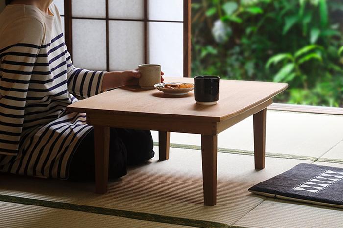 「東屋」らしい本物志向の日本の風景にあう上質なミニテーブルです。国産のナラを使って胡桃油で仕上げています。「ちゃぶ台」という言葉がすっと落ち着く、質実剛健で長く愛用できそうな佇まいです。