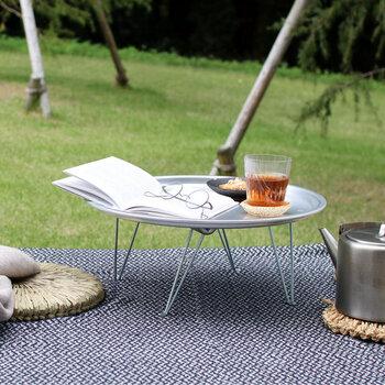 暮らしの道具を扱う「松野屋」さんのミニテーブルです。銀色の輝きが他とは一線を画すアルミ製のちゃぶ台は韓国製。アルミ食器の多いお国柄を考えると納得できますね。レトロでありながら、同時にキッチュな雰囲気もあり個性的です。