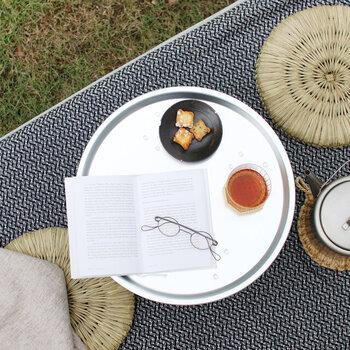 まん丸い形はティータイムのテーブルにぴったりです。軽くて持ち運びも簡単だから、ピクニックのお供にも◎です。水や汚れにも強く、気兼ねなく使えます。