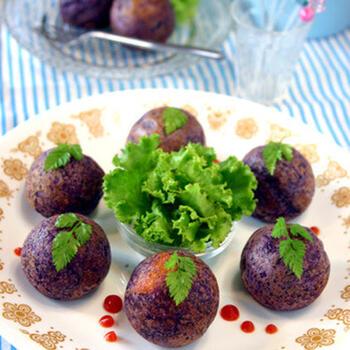 マッシュにした紫芋をひき肉やチーズとともに香ばしく焼き上げたポテトボール。鮮やかな見た目と、芋とお肉の食べ応え、とろっとチーズと食感や味わいを楽しめるアレンジです。
