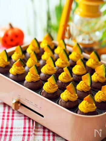 ほろ苦いココア生地のボールに、色鮮やかなパンプキンクリームを絞り出した秋のモンブラン。ソテーかぼちゃをトッピングすると一気にお店のような仕上がりになりますね。