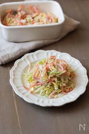 キャベツのサラダといえば、まず思い浮かぶコールスロー。粒マスタードをアクセントになったコールスローは、飽きない美味しさ。定番メニューにしたい一品です。