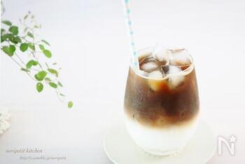 一体誰が犯人で、なんのために犯行に及んだのか…そんなことを考えながら楽しめるミステリー。白黒はっきりつけたい時には、ミルクとコーヒーで二重構造をつくるこちらのレシピがおすすめ。氷をしっかりつかって、ミルクを注ぐときには氷に充てるようにするのが、きれいな二層を作るコツです。