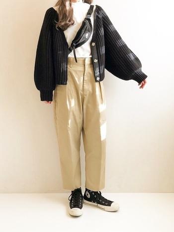 コンバースとMHL.がコラボしたオールスターは、踵のヘリンボーンテープなど、ディテールにこだわりが散りばめられています。ハイカットは、スカートスタイルにブーツ感覚でおしゃれに履くことができるのも魅力。ユニクロのタートルネックTにチノパンのカジュアルコーデは、ボレロや黒のハイカットで淡い色合いを引き締めて。