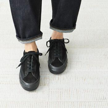 大人カジュアルもきれいめもOK◎「黒スニーカー」の人気ブランド&おしゃれコーデ