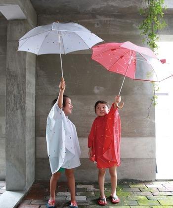 ●子供に【レインコート】を着せた場合: ・メリット……「体全体を覆える」「軽い」「両手が使える」 ・デメリット…「着脱に時間がかかる」「濡れた状態で店に入ったり乗り物に乗ったりすると、人に迷惑をかけてしまうことがある」  ●子供に【傘】をもたせた場合: ・メリット……「手軽に素早く使える」「顔が濡れにくい」 ・デメリット…「風に弱い」「下半身が濡れやすい」