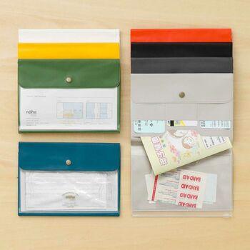 パスポートやチケットなどのトラベルグッズを収納できるケースですが、レシートの収納にも活用できます。ポケットがいくつもあるので、種類ごとに整理できて便利!自分が使いやすいように工夫できますね。