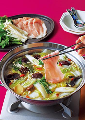 なつめ・クコの実・松の実などの薬膳食材を使った、体にいい薬膳しゃぶしゃぶ。八角など使っていますので、風味もいつものしゃぶしゃぶとはちょっと違って中華風。たまにはこんなしゃぶしゃぶも新鮮ですね。
