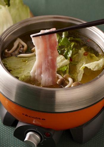 ニンニク・赤唐辛子をオリーブオイルで炒めて、ブイヨンやみりんなどでだしを作ります。たれは、醤油とレモンを合わせた洋風ポン酢。和洋がブレンドされたピリ辛のしゃぶしゃぶです。