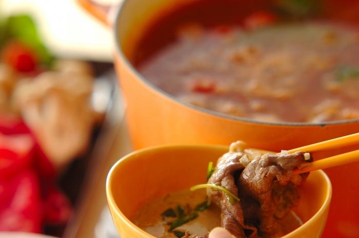 トマトスープを使った、イタリアンテイストの洋風しゃぶしゃぶ。野菜もセロリやトマト、ブロッコリーなど身近なものを使いますので、手軽にできます。ルッコラなど加えれば、よりイタリア風。マヨネーズや粒マスタードを合わせたたれも特徴的です。