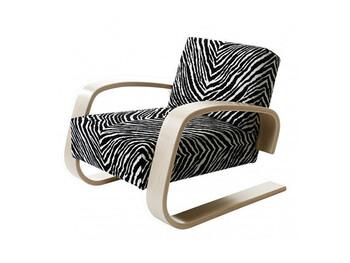 20世紀を代表する建築家、アルヴァ・アアルトがデザインしたアームチェアの逸品「タンク(意味は戦車)」。低い座面と厚いクッションが特徴で、ふかふかとした座り心地の良さはもちろんのこと、空間を引き締めるオブジェとしても活躍してくれます。