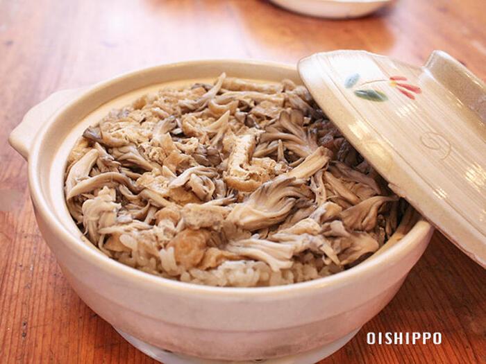 秋と言えばきのこがおいしい季節ですね。まずは舞茸から♪土鍋で炊く本格炊き込みご飯のレシピです。だし汁も使わず、お醤油と素材本来の味わいを活かしてさっぱり仕上げます。土鍋で炊く炊き込みご飯は、炊飯器とは違ったおいしさが味わえますよ。
