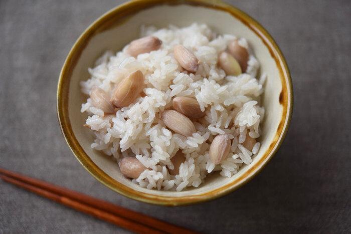 秋には、生の落花生が手に入ることがあるので、見つけたらぜひ作ってみてください。落花生は外側の殻を剥いて、ピンク色の薄皮に包まれた豆をご飯と一緒に炊くだけ。味付けは塩のみでとってもシンプル。見た目も優しい色合いでほっこりします。