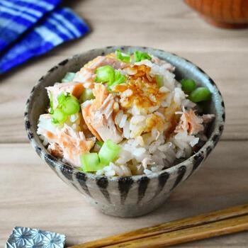 秋鮭を使った炊き込みご飯なら、他はサブおかずのみでも十分満足できる献立になるでしょう。鮭は一度フライパンで少し焼いてから、ご飯と一緒に炊きます。最後、身をほぐして混ぜるときに、骨もこまめに取り除いておくと食べやすいですよ。