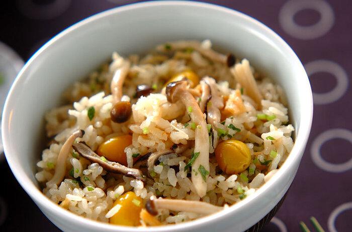 黄色い宝石のような銀杏を入れた炊き込みご飯は、見た目も秋らしくておすすめ。きのこのうま味と合わさっておいしく炊き上がります。しめじやえのき、しいたけといろいろな種類のきのこが入っているほか、ホタテ缶のうま味もアクセントになった欲張りレシピ。