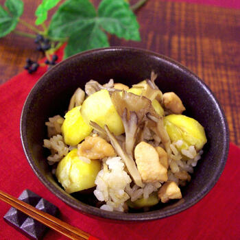 栗ときのこも息ぴったりのおいしい組み合わせ。こちらのレシピでは舞茸を使っています。鶏肉入りでボリューミーなところも嬉しい炊き込みご飯です。鶏肉は炒め煮にして、炊き上がったご飯に混ぜましょう。