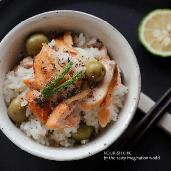 生の秋鮭にオリーブの塩漬けを合わせた、洋風の要素も楽しめる炊き込みご飯です。お鍋で炊く本格レシピ。仕上げに、青柚子の絞り汁とあらびきブラックペッパーを振りかけると、一層おいしさが増しますよ。