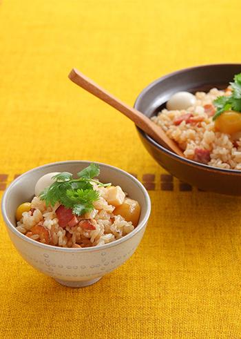 ごま油を入れた中華風の味わいで、もち米も合わせた炊き込みご飯です。銀杏の水煮や栗の甘露煮など、手に入りやすい季節の素材を使っています。焼き豚やうずらの卵など具材のバリエーションも豊富なのでいろいろな味を楽しめますよ。