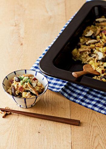 こちらは、カレー風味の炊き込みご飯です。オーブンの機能を使った少し本格派なレシピですが、調理器具を持ち合わせていない場合は、味付けや素材の組み合わせだけでも参考になるので、いつもの炊き込みご飯作りに取り入れてみてください。さつま芋やきのこ、鶏ひき肉が入っていて、市販のめんつゆやカレー粉で簡単に味付けできますよ。