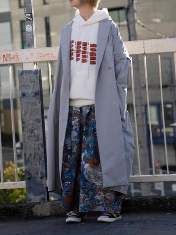 上のコートと同じですが、合わせる服が違うとイメージががらりと異なりますね。カジュアルなパーカー&派手柄パンツで個性的な着こなしに。