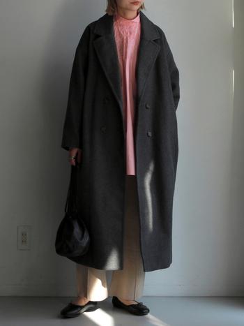 シックなダークグレーのチェスターコート。重たい印象にならないように、ピンクのシャツ&ベージュのパンツを合わせて。