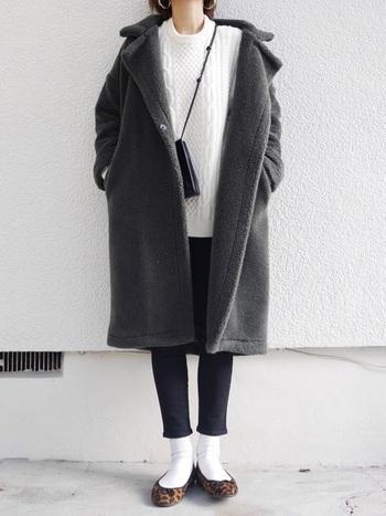 毛布のようなモコモコ感がかわいい、カジュアルなチェスターコート。軽くて暖かい素材なので、寒い日にも活躍してくれそう。上半身にボリュームが出るので、ボトムスはスキニーにしてスマートに。