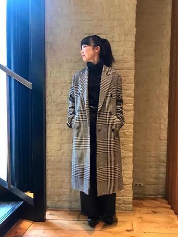 メンズライクな雰囲気がかっこいい、チェック柄のチェスターコート。黒のニット&ボトムスを選ぶと、ごちゃごちゃとした印象にならずすっきりと着こなせます。