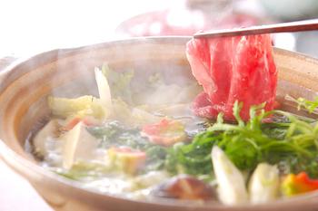牛肉のしゃぶしゃぶをポン酢とごまだれで楽しむのは基本の食べ方として押さえておきたいですね。肉をさっと泳がせるようにしゃぶしゃぶして、野菜などを巻いて食べるのもおすすめ。たれは、ぜひ2種類用意しましょう。牛肉以外にも、豚バラやロースの薄切りにくもOK。