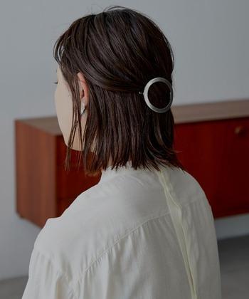 サークルタイプのヘアクリップ。シンプルなハーフアップスタイルにプラスするだけで洗練された印象に。オンオフ問わず使えそうです。