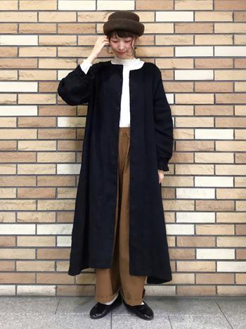 ふんわりシルエットのバルーンパンツは、シンプルなトップスを合わせることでスッキリした印象に。ブラックのロング丈コートとシューズでスタイルを引き締めます。