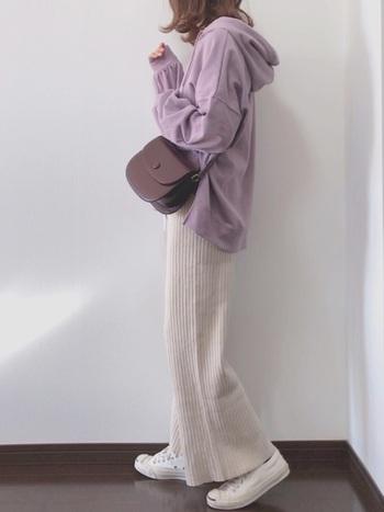パステルカラーのトップスとベージュのワイドパンツ。足元も白でまとめて淡く女性らしいスタイルに。バッグや小物は深いカラーで引き締めると、ぐっと大人っぽい印象になります。