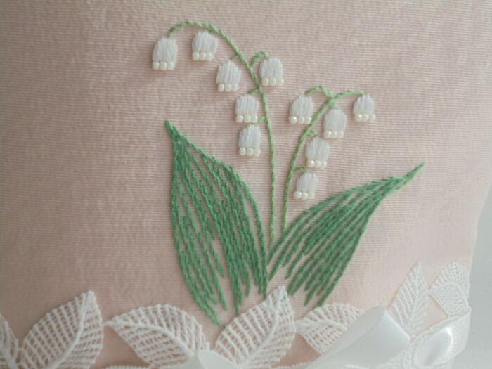 鈴を吊り下げているようなフォルムが愛らしい「すずらん」。花言葉には「純粋」「幸せが戻ってくる」と言う意味合いがあります。  刺繍するときに丁寧に仕上げたいのは、もちろんツボのようなお花の部分。少し、なにかしらあしらいに工夫をしないと、膨らみのない、平面的な印象になってしまいます。こちらの作品のように、パールのようなビーズをちょこっと添えるだけでも◎ スズランの可憐さも表現できますよ。
