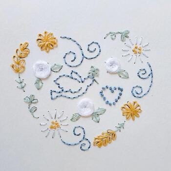 こちらは、厚紙に刺繍を施した作品ですが、初心者さんの図案として参考になるのでピックアップ。ペンイラストをなぞるように刺繍するだけでも、手書きのような味わいを楽しめます。