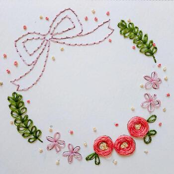 ひとつ上の作品と同様、こちらも紙刺繍の作品。椿の花は円を描くように刺繍が施されているだけ。糸が盛り上がるので、花のフォルムを立体的に表現できます。