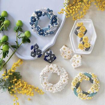 刺繍作家 K.omonoさんのアクセサリーキットをご紹介。きらりとしたガラスビーズを組み合わせたお花のイヤリングやブローチをつくれますよ。