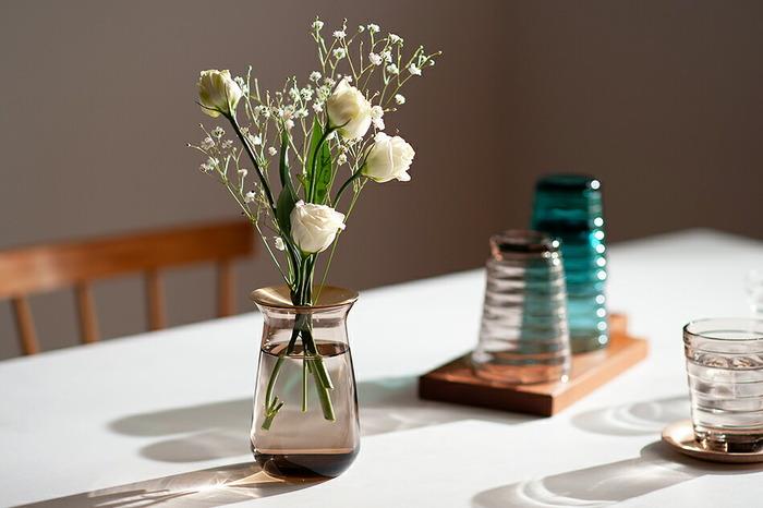 金属とガラスの組み合わせが美しい花器。マットな真鍮は鈍い光を放ち、ガラスと水からはクリアな光が放たれます。真鍮に小さな穴があいているのでその部分に花を挿せば、一輪でも安定して美しく生けることができます。
